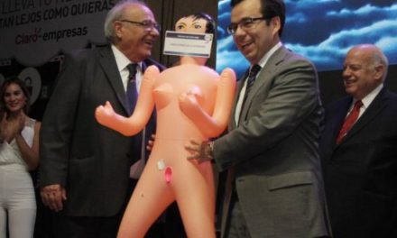 Asexma: Repudio genera regalo de muñeca inflable a ministro de Economía