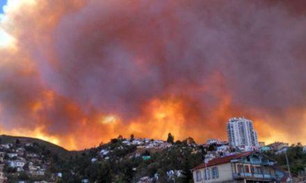 Gran incendio afecta a cerros de Valparaíso