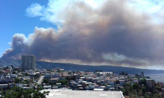 Onemi declara Alerta Roja en Valparaíso por incendio en Laguna Verde