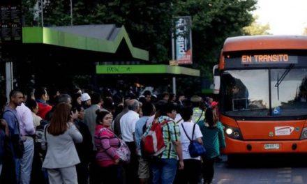 Trabajadores y expertos rechazan ajustes al Transantiago