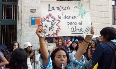 Comunidad educativa del LEA protesta a las afueras del Mineduc