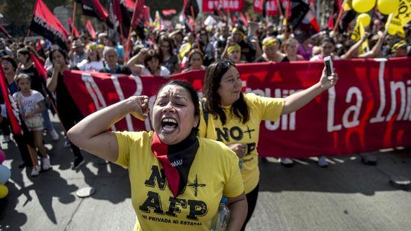 Miles de chilenos marcharon en Santiago en contra del sistema de las AFP, heredado de Pinochet