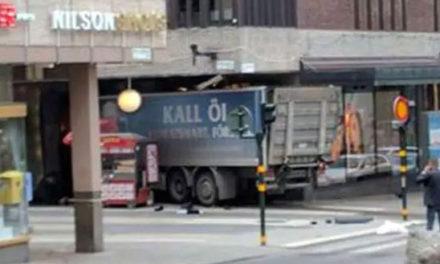 El video del pánico de la gente ante la embestida a toda velocidad del camión en Estocolmo