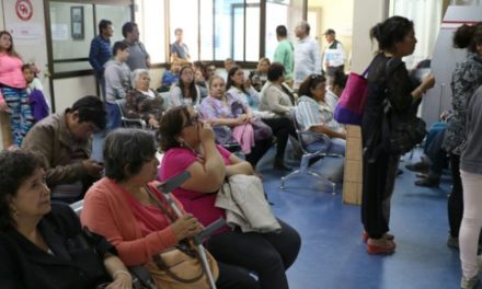 Parlamentarios piden a Contraloría indagar muerte de pacientes en listas de espera