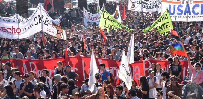 Miles de estudiantes en todo el país marcharon para pedir el fin del CAE