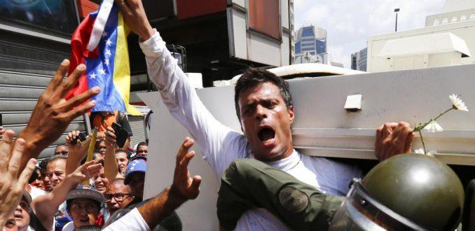 Leopoldo López sale de la cárcel