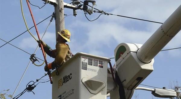 Especialistas debaten sobre soterramiento de cables como solución a cortes de energía
