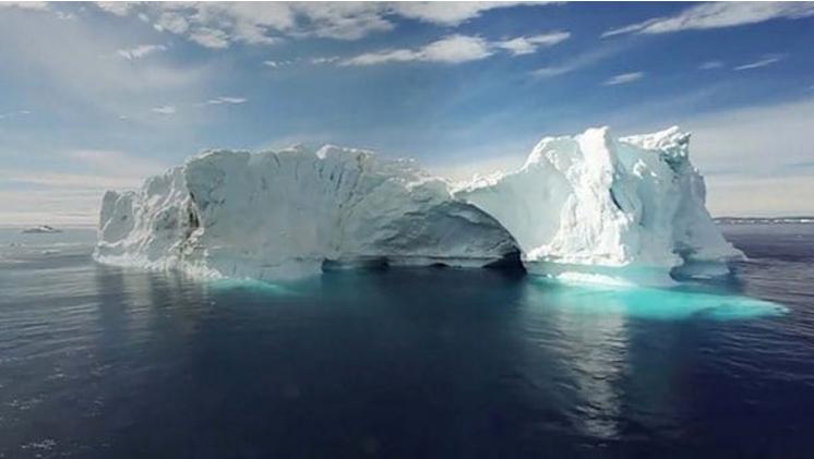 Un enorme bloque de hielo, a punto de despegarse de la Antártida