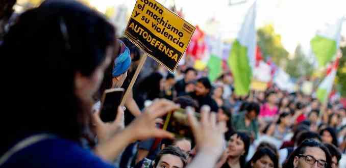 Ya lo penalizará Francia: ¿Qué pasa en Chile con el acoso callejero?