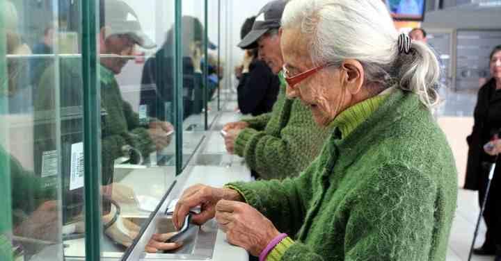 Falta de pensiones obliga a trabajar a adultos mayores