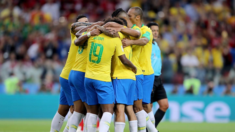 Un Brasil que no brilla avanza a los octavos de final