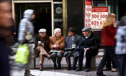 Ejecutivo crea organismo para acabar con discriminación bancaria contra adultos mayores