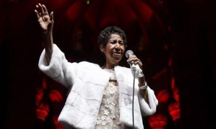 """Aretha Franklin está """"consciente"""" y """"en casa"""", según un sobrino"""
