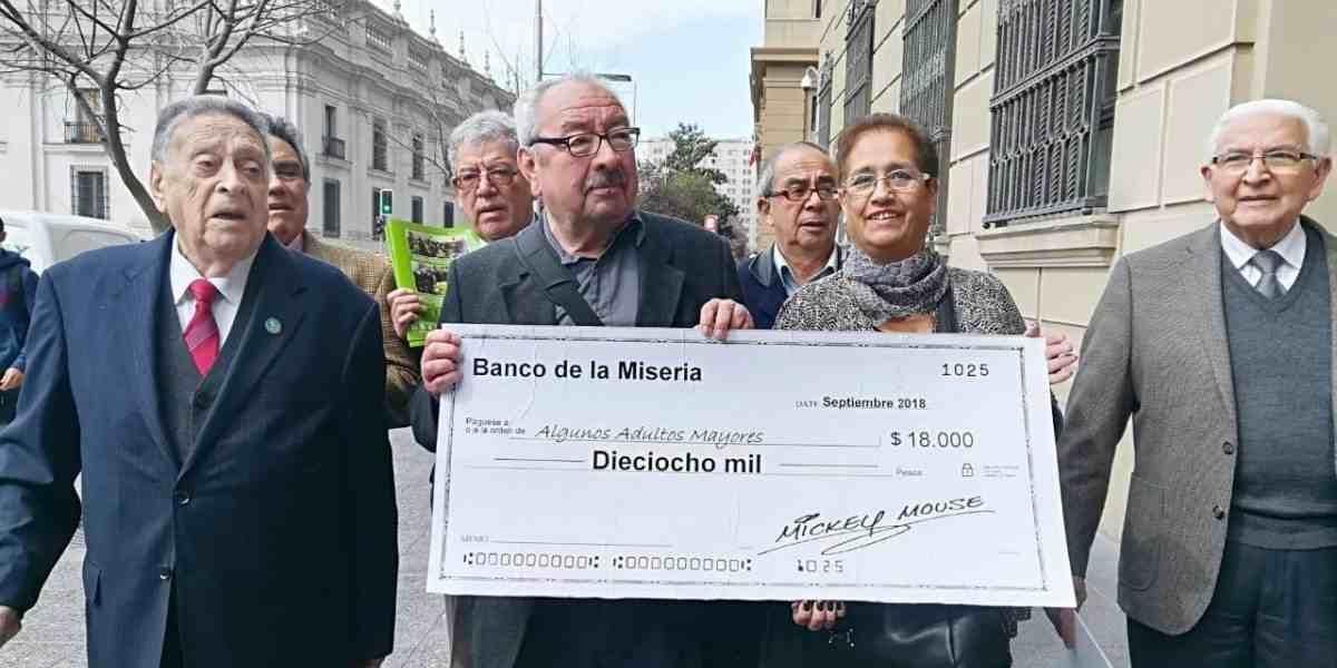 """Con un cheque gigante """"firmado por Mickey Mouse"""": Pensionados fueron a Hacienda a presentar su indignación por el aguinaldo de $18 mil"""