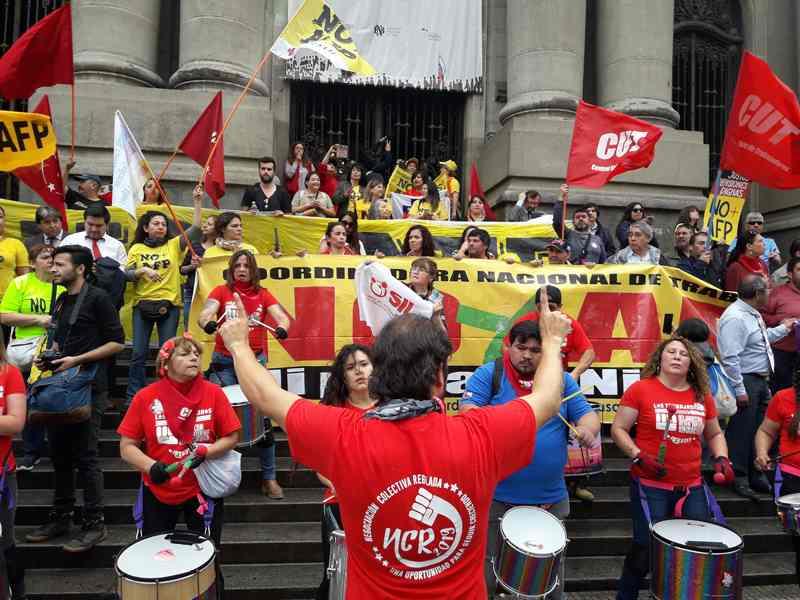 Concentración contra las AFP: dirigentes detenidos y llamados a una huelga general